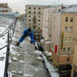 Очистка сланцевой кровли от снега и ледяных намерзаний